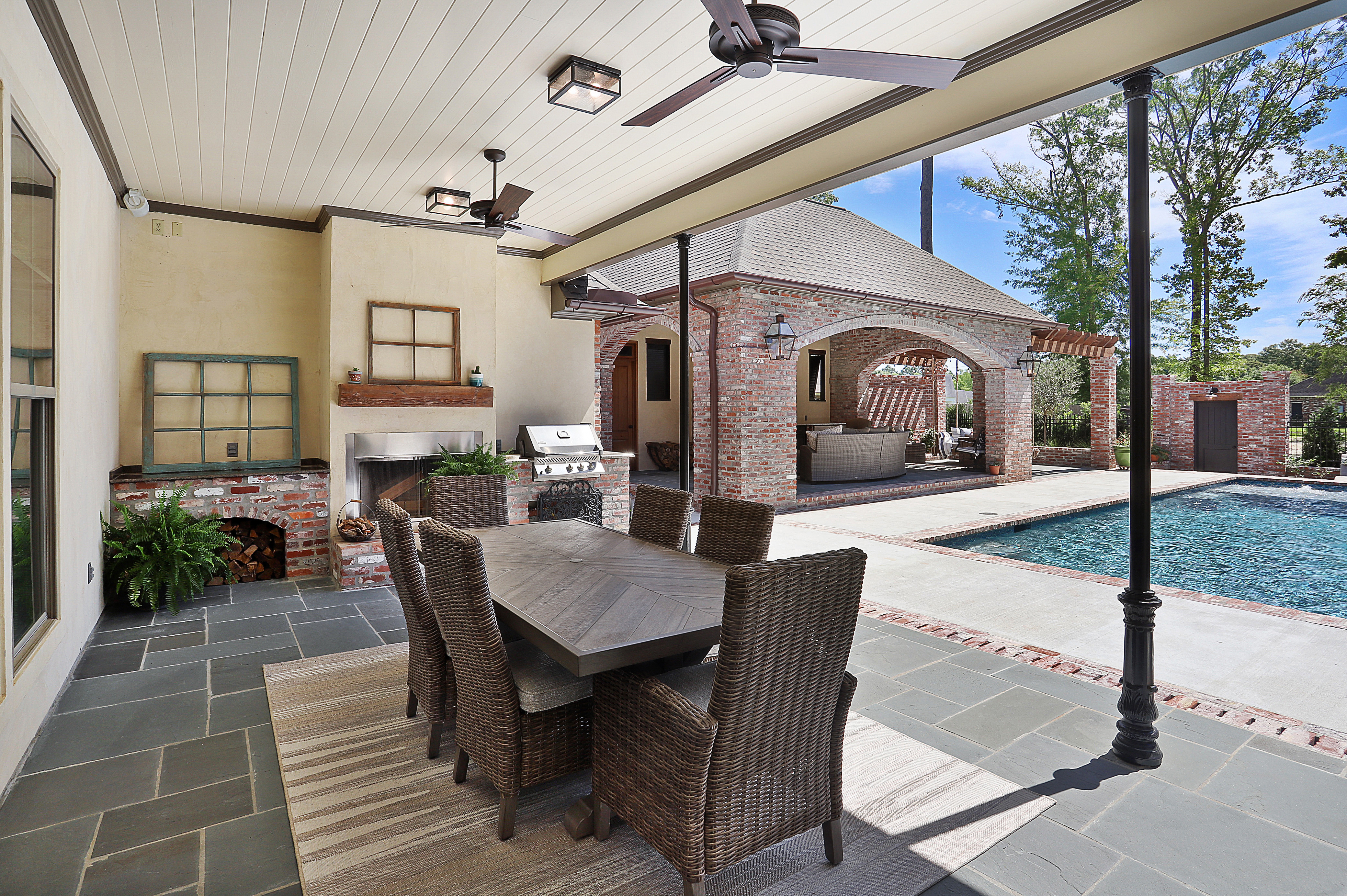Outdoor dinning and pool area